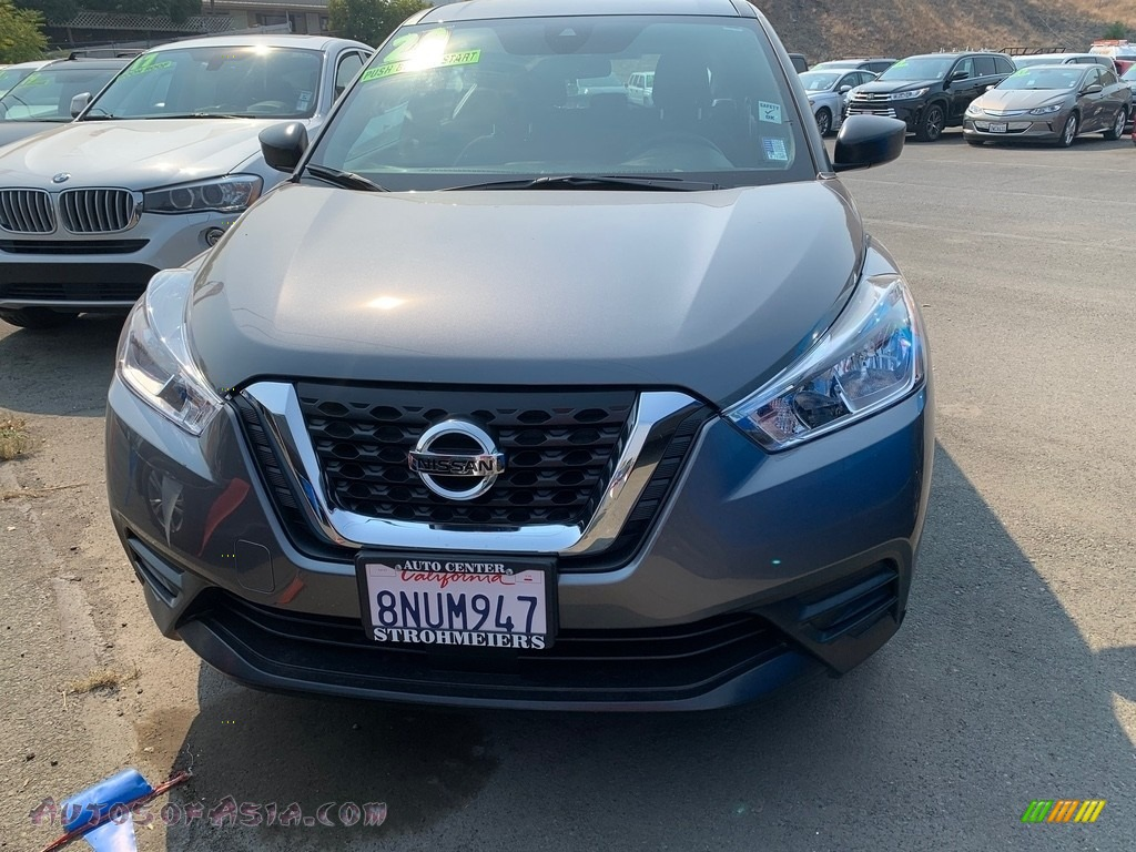 Gun Metallic / Charcoal Nissan Kicks S